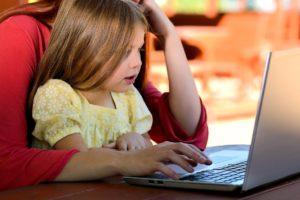 Kind lernt am Computer mit HIlfe eines Mathespieles