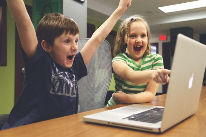 Kinder haben Erfolg mit Computerspiel